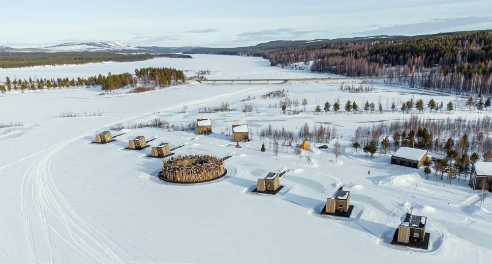 Arctic bath in Zweeds Lapland