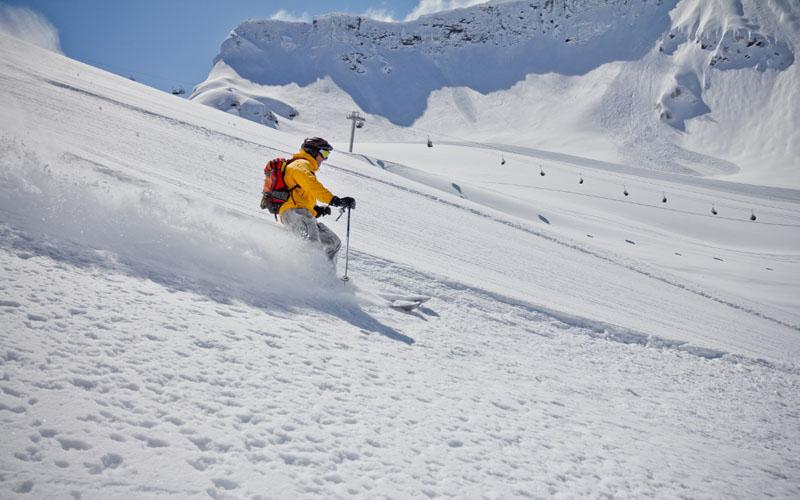 Tiefschnee skiën naast de piste © Merkushev Vasiliy